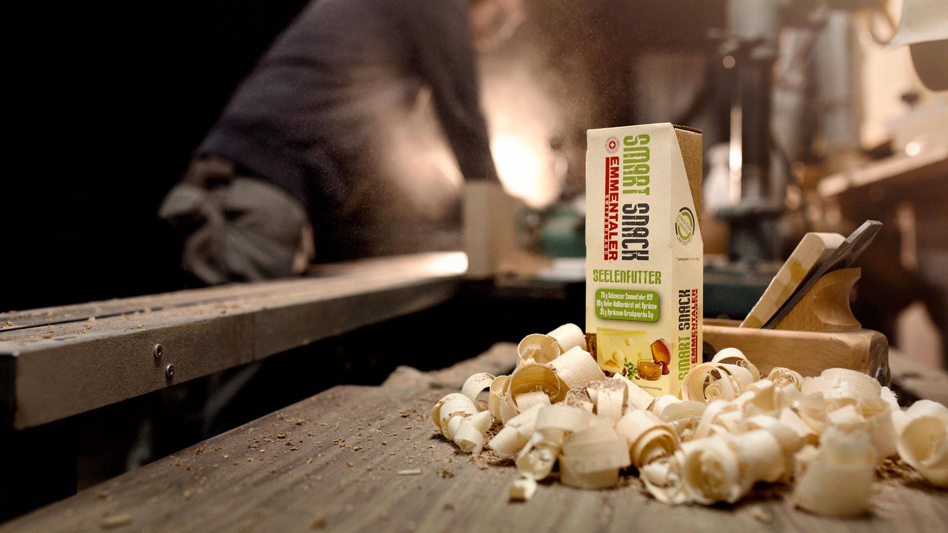 Emmentaler Smart Snack Seelenfutter Holzspäne Werkstatt Setting