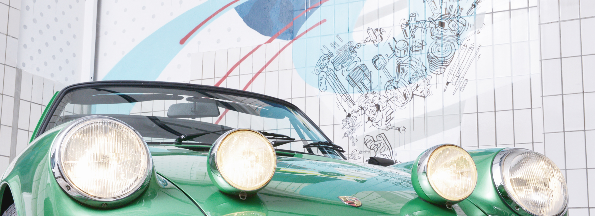Bastian Hubald Auto mit Wandbemalung im Hintergrund