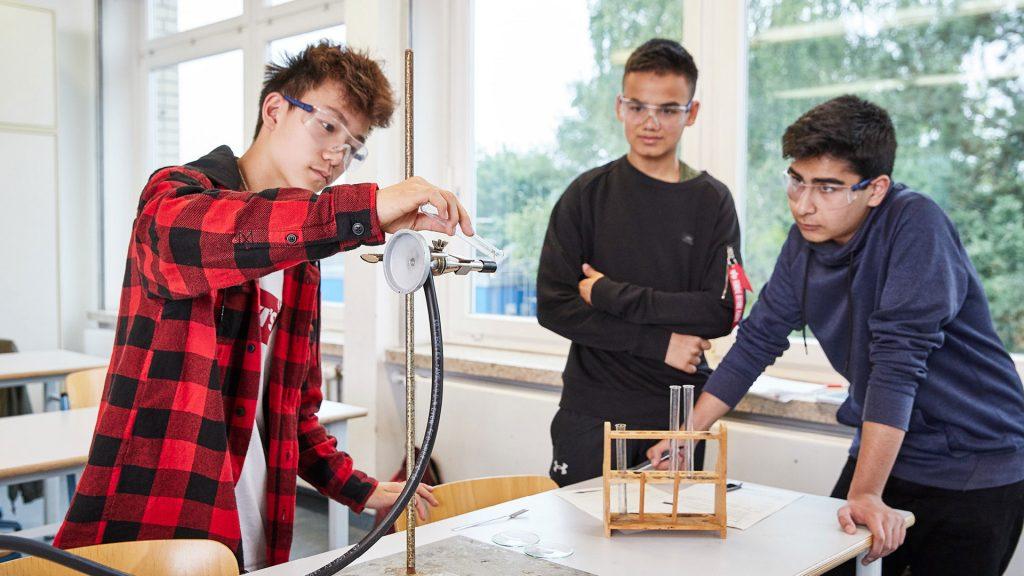 Otto-Hahn-Schule Shooting Schüler experimentieren im Chemie-Unterricht2