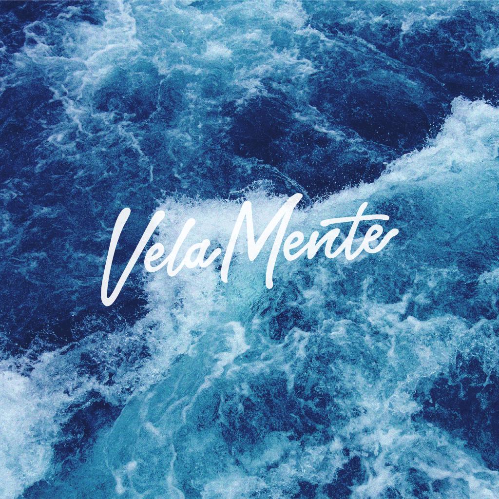 VelaMente Thumbnail Logo mit Meer im Hintergrund